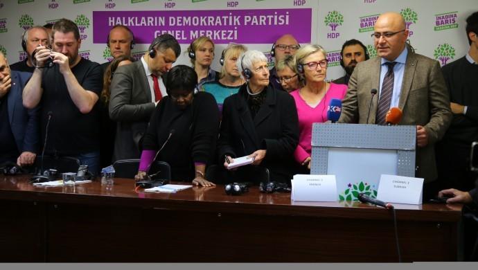 Eski HDP eş genel başkanları Demirtaş ve Yüksekdağ'ın duruşmalarını takip etmek için Türkiye'ye gelen uluslararası heyet, uygulamalara tepki gösterdi